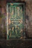 Vieille porte en bois fermée image stock