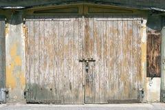 Vieille porte en bois fermée Photos stock
