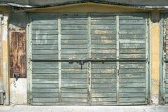 Vieille porte en bois fermée Photographie stock
