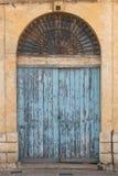 Vieille porte en bois fleurie peinte bleue Photos libres de droits