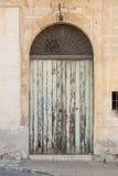 Vieille porte en bois fleurie peinte vert clair Photo libre de droits