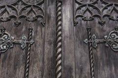 Vieille porte en bois foncée avec les éléments décoratifs Image stock