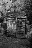 Vieille porte en bois en noir et blanc Photos stock