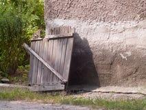 Vieille porte en bois ouverte au jardin photos libres de droits