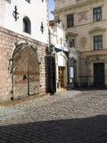 Vieille porte en bois Riga Lettonie l'Europe de bâtiments médiévaux Photo libre de droits