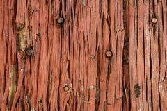 Vieille porte en bois rouge et se délabrante Image stock