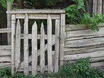 Vieille porte en bois rustique de pays de poteau photographie stock libre de droits