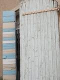 Vieille porte en bois semi-ouverte Images libres de droits