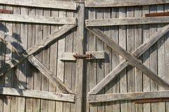 Vieille porte en bois superficielle par les agents de grange Photographie stock