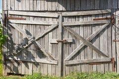 Vieille porte en bois superficielle par les agents de grange Photos libres de droits