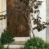 Vieille porte en bois sur un fond des murs blancs Photographie stock