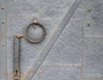 Vieille porte en métal avec des signes d'usage Photographie stock