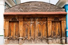 Vieille porte fleurie en bois Image libre de droits