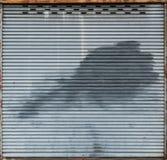 Vieille porte grise de volet de rouleau Photographie stock