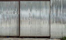 Vieille porte grise de volet de rouleau image stock