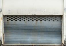 Vieille porte grise de volet de rouleau Images libres de droits