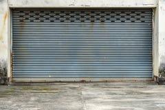 Vieille porte grise de volet de rouleau photo stock