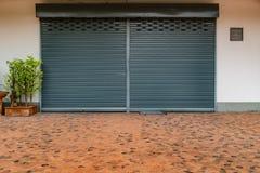 Vieille porte grise de volet de rouleau image libre de droits