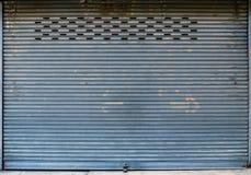 Vieille porte grise de volet de rouleau Photo libre de droits