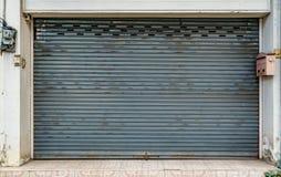 Vieille porte grise de volet de rouleau Photos stock