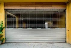 Vieille porte grise de volet de rouleau photos libres de droits