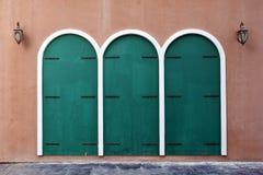 Vieille porte grunge, style colonial, avec le courrier de lampe photographie stock