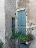 Vieille porte, jardin négligé oublié l'Italie Photographie stock libre de droits