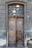 Vieille porte minable de vintage avec les fenêtres cassées Images stock
