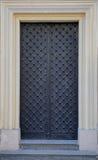 Vieille porte noire de fer Photo stock