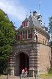 Vieille porte Oosterpoort de ville chez l'homme de Hoorn et de lecture Images stock