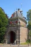 Vieille porte Oosterpoort de ville dans le garçon de Hoorn et de lecture Photo libre de droits