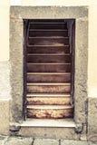 Vieille porte ouverte de maison de pierre d'entrée avec des escaliers Photo libre de droits