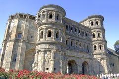 Vieille porte romaine de ville dans le Trier Allemagne sur la terre publique image libre de droits