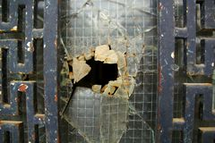 Vieille porte rouillée avec le verre cassé photographie stock libre de droits
