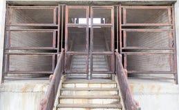 Vieille porte rouillée de barrières photographie stock libre de droits
