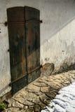 Vieille porte rouillée en métal avec deux verrous, voie en pierre et neige Image libre de droits