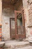 Vieille porte rouillée ouverte de fer Image libre de droits