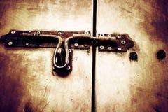 Vieille porte rouillée verrouillée avec Images stock