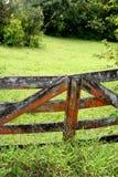 Vieille porte sur la route à Hana image stock
