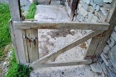 vieille porte sur un passage couvert images libres de droits