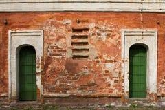 Vieille porte verte d'immeuble de brique Photos stock