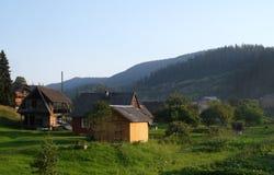 Vieille position roumaine de village dans les montagnes carpathiennes images libres de droits