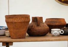 Vieille poterie sur la table Photos libres de droits