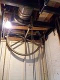 Vieille poulie d'ascenseur photo libre de droits