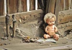 Vieille poupée dans une maison abandonnée Photo stock