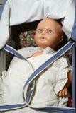 Vieille poupée de vintage dans une poussette Images stock