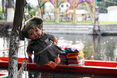 Vieille poupée fantasmagorique accrochant dans un arbre à Mexico Photos libres de droits