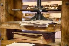 Vieille presse de papier photos stock