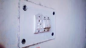 Vieille prise de prise   Vieille prise électronique rustique blanche images stock