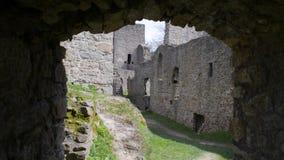 Vieille promenade de porte de château médiéval gothique  clips vidéos